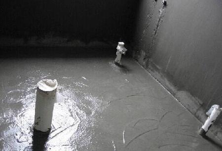 防水层是在正式开工泥瓦阶段施工前就必须做好的步骤,而防水层最重要的就是厨房和卫生间,厚度基本上必须要保持在1.5毫米以上才可以。