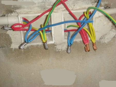 强电管用红色,弱电用蓝色,埋入处先浸湿,调和水泥砂浆作为线盒的黏合剂,再抹上水泥砂浆,这样的做法能让水泥砂浆与水产生水化作用,出线盒就更稳固不易脱落。