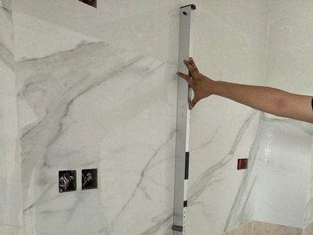 如何检查瓷砖的垂直度、平整度,要用2米靠尺+锥形塞尺进行垂直度检查,偏差应不大于2mm,检查墙、地砖的表面平整度,偏差应不大于3mm;砖缝接缝高低差不大于0.5 mm。