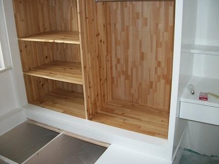 木工油漆工艺:A、补钉眼;B、打腻子;C、打磨;D、上漆,三遍到五遍都有。推荐薄层多道施工。