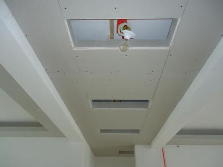 石膏板的接缝应预留5mm缝隙,并做45坡口,石膏板与周围墙或柱应留有5mm的槽口,以便进行嵌缝处理