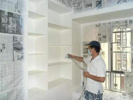 油漆的准备工作,一般在门、窗框最好粘贴一层分色纸,木柜、隔板的家具外面最好有一层报纸包裹着,避免家具表面被弄脏的情况发生。