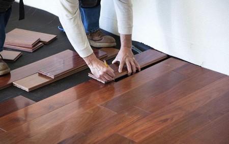 在进行地板的铺设之前,必须勘察铺设方向,然后从房间的一个边开始铺,逐步向另一边靠近,在与楼梯、房间门囗等固定设施相接时,要留缝隙在0.8cm-1.0cm-之间。