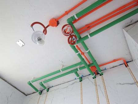 设计布线时,强弱电间距应大于30cm,横平竖直,避免交叉。开槽深度应一致,一般是PVC管直径+10mm。墙槽电工线管用管卡固定,与出线盒之间用罗接固定处理。
