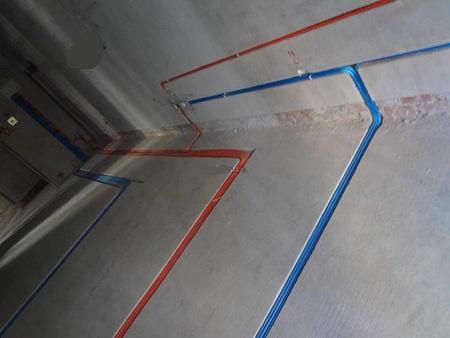 冷热水管顶面平行间距应不小于150mm,间隔1米应用PVC吊卡固定。水管走线开槽应该保证暗埋的管子在墙内、不应外露。冷热水管安装应左热右冷。