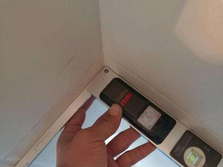 检查瓷砖阴阳角的方正度,用阴阳角方正尺检查,偏差不得超过2mm