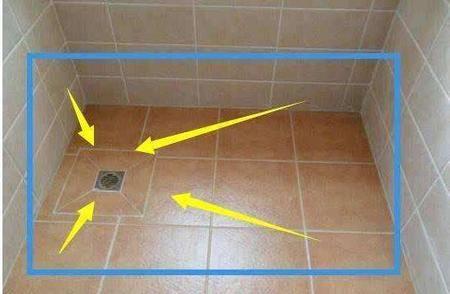 卫生间排水要通畅,地漏安装前地面贴砖要时要保证坡度,地面应根据排水方向放坡铺贴,小型卫生间的排水坡度控制在10mm