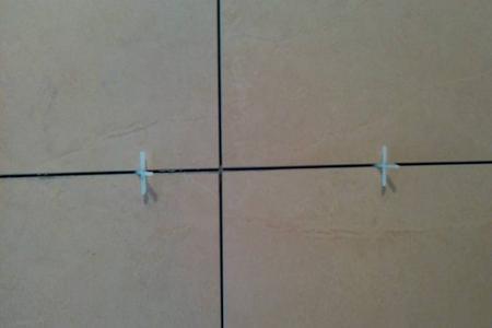砖缝横平竖直贴,砖时要使用专用十字卡进行留缝,缝里要及时清理干净;填缝最佳时间是20天后,填缝要密实、饱满。墙砖施工前需要泡水,增加饱和度,切割的时候会减少爆瓷率。