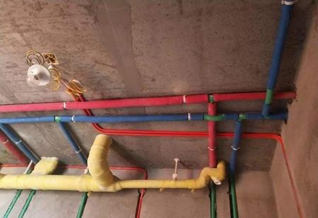 冷水管套蓝色保温棉、热水管套红色保温棉,防止产生冷凝水;PPR给水管道固定管卡设置的位置应在转角、小水表、水龙头或者三角阀及管道终端的100mm处。